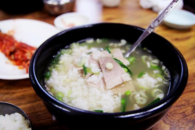 自古以來湯飯就要白湯的好...咕嚕嚕的喝著香濃的湯