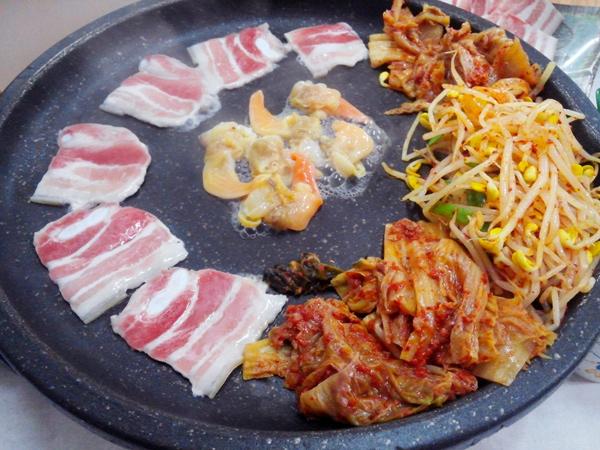 吃肉肉時,搭配米飯一起吃,絕配!! 一口肉一口飯...沒有比這更享受的事了...