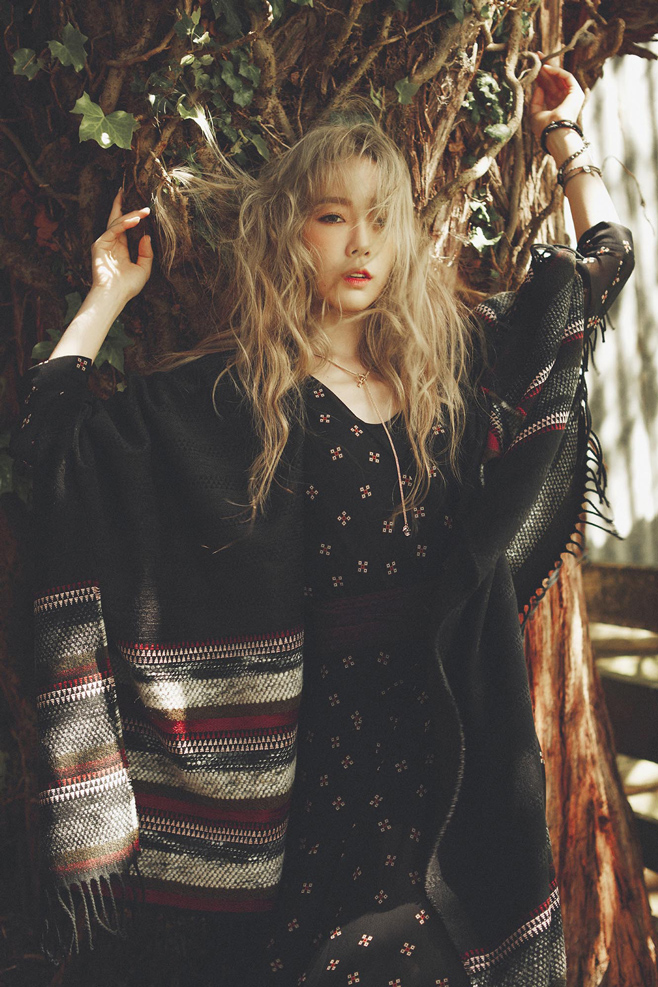 韓妞一直標榜的裸妝也正式由太妍開始~ 今年的韓妝趨勢開始走XXL號, 就是從眼妝、腮紅到唇妝都要大大der~