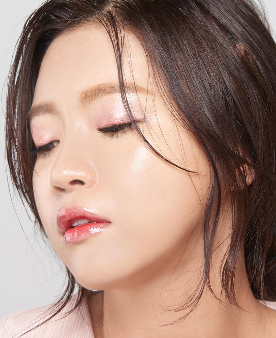 要畫這種紫色的煙燻妝,因為要層層疊加,所以比起眼影粉,小編更推薦最近韓國正火熱的眼影蜜,質地非常濕潤好推,因為裡面有很多保濕精華所以塗到眼皮上也不需要擔心長時間會有龜裂顯老的情形,顯色度也非常高。除此之外眼影棒也很適合,尤其適合化妝新手。