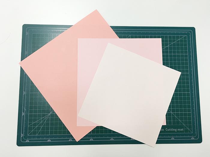 這樣子就會有三張不同大小的正方形色紙啦~ 開始進入製作卡片的階段