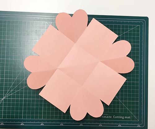 然後照著描繪的線剪完就會變這樣啦~ 卡片第一層底完成☆