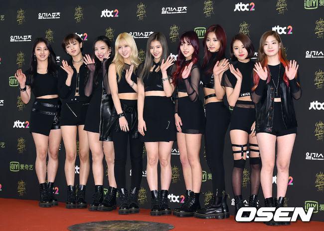 JYP娛樂去年成功打響名號的新人女團TWICE,今天出席金唱片的實體專輯大賞,也在今晚奪下女子新人獎~