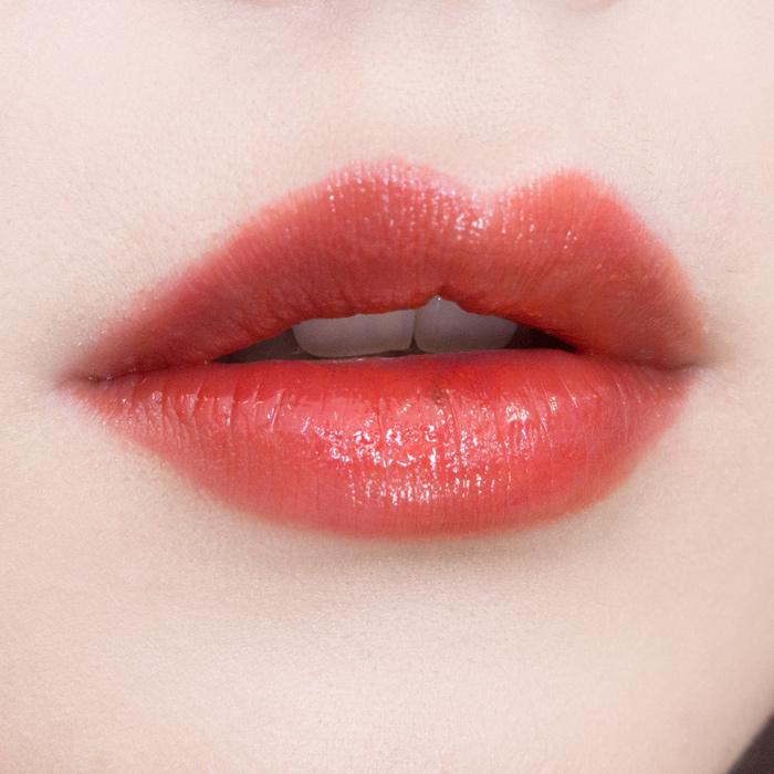 4. Skin Food / 維他命水漾液體唇膏 #OR01 雖然是色號是橘色,但是擦起來偏紅,比較像珊瑚色 持久力:第9名 保濕力:第4名