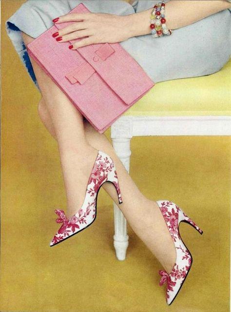 ①尖頭皮鞋——腳尖的「酷刑」  復古風又來襲!長裙、尖頭皮鞋、鉚釘……都是不變的時尚。尖頭皮鞋對足尖有塑型作用,使趾端部位聚在一起,容易形成拇指外翻。鞋尖部位空間小,空氣流通困難,容易造成細菌的滋生。