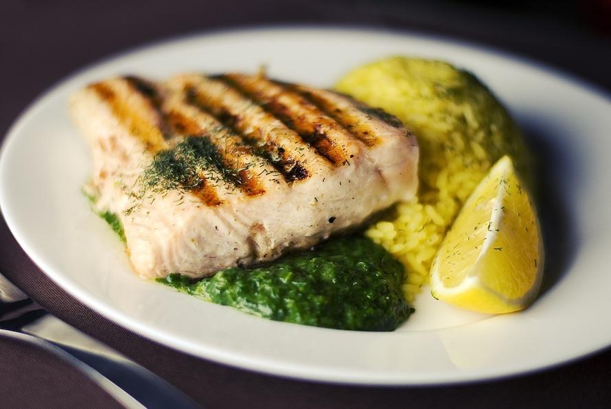 蛋白質含量高的食物能有效幫助代謝,例如雞肉、魚肉、大豆類等還有胺基酸能對分解脂肪有很好的功效。