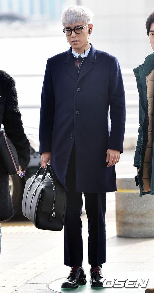 不過人家這次是去巴黎參加Dior Homme秋冬時裝周,下飛機時要穿著體面一點也是情有可原啦~