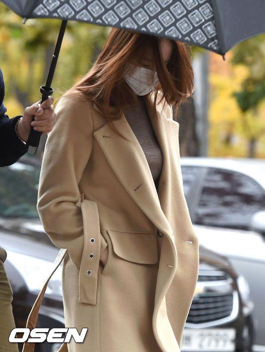 不得不說…Krystal 的新聞照難挑的原因 一半都是因為口罩啊!!