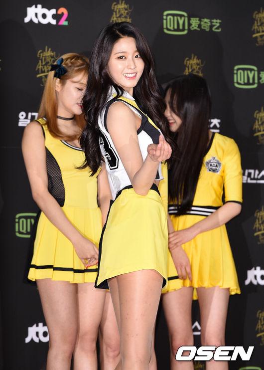 #AOA_雪炫 從《Heart attack》之後雪炫就成了FNC的新招牌,穿上禮服絕對是紅毯的焦點不說 就連團體一起走上紅毯,攝影師都會要求雪炫個人再多擺幾個POSE多來幾張啊!