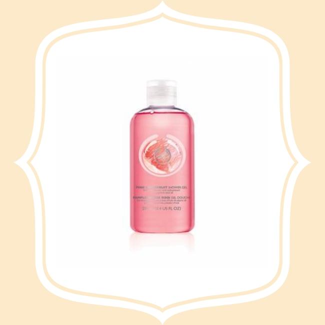 THE BODY SHOP 粉紅葡萄柚沐浴膠 含粉紅葡萄柚籽油、尚比亞社區公平交易的有機蜂蜜,及豐富的維他命E與必需脂防酸,萃取葡萄柚芳香,能提振精神,洗後全身散發清新香氛。