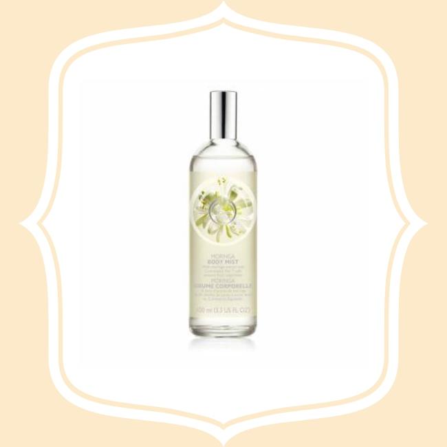 另外也有許多女生喜歡這款 THE BODY SHOP 辣木籽更新身體保濕噴霧,蘊含乳油木果萃取、可溫和收斂鎮靜、同時具有優異的保濕功效,能潤澤賦活肌膚。