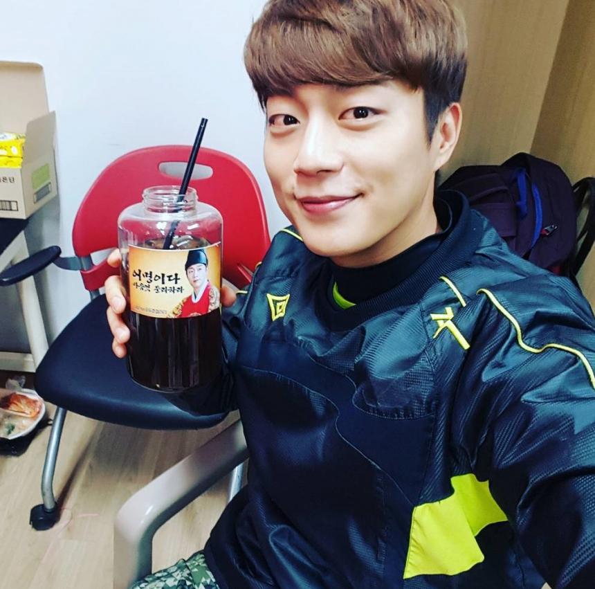 ♥ 教會 oppa  1 號:尹斗俊  被稱為「最佳男友代表」的尹斗俊,舉手投足都是大學學長、教會 oppa 的感覺。