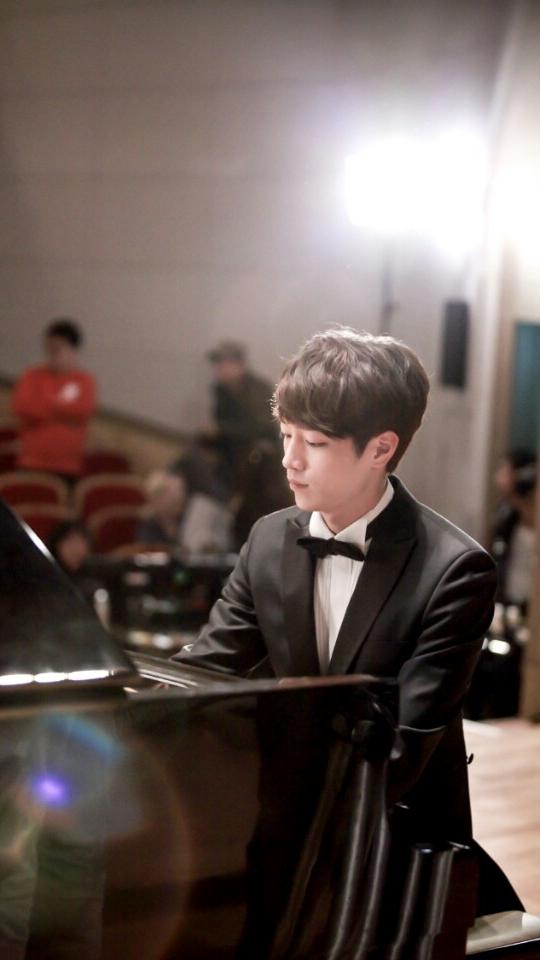 彈鋼琴的模樣更性感啊!!!
