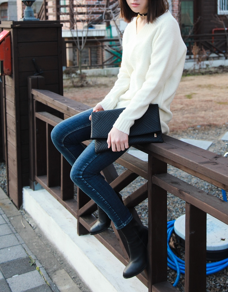 V領針織衫能展現女孩子氣息,再搭配個頸鍊就是時髦女生的New Style♬
