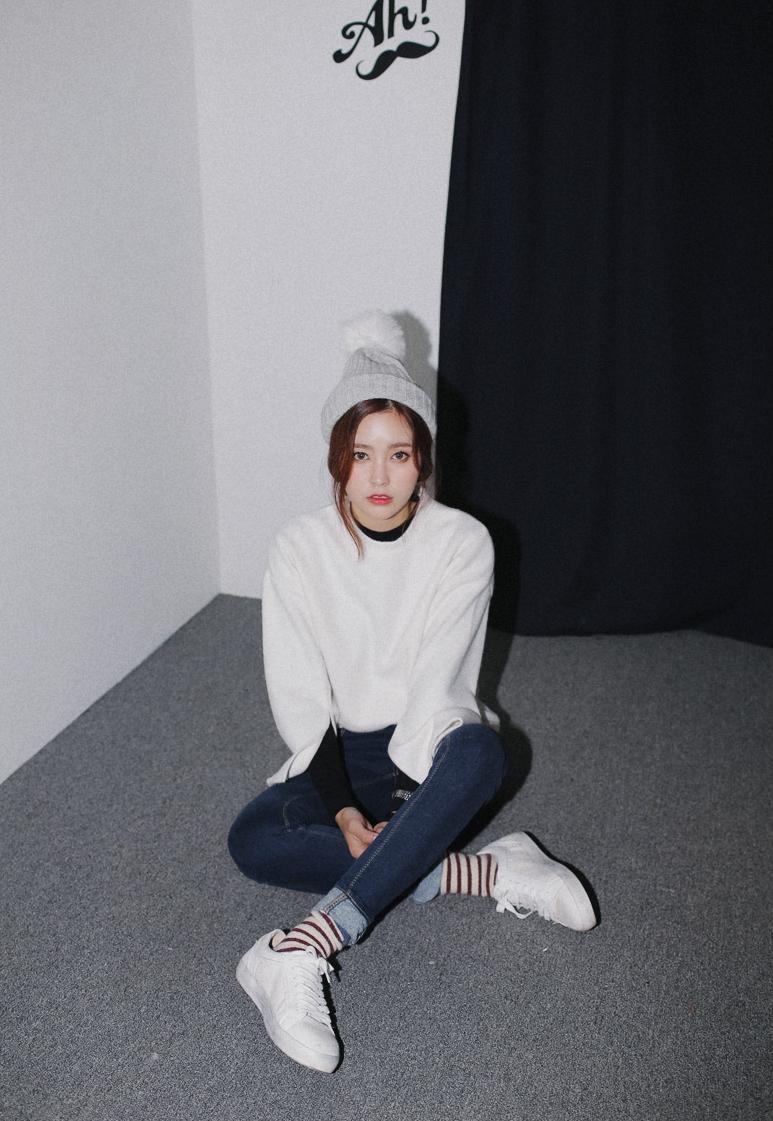 寬袖設計的上衣佔據了搭配的獨特性。再用帶有毛毛球球的針織帽點綴,完成一體性的時髦風格★