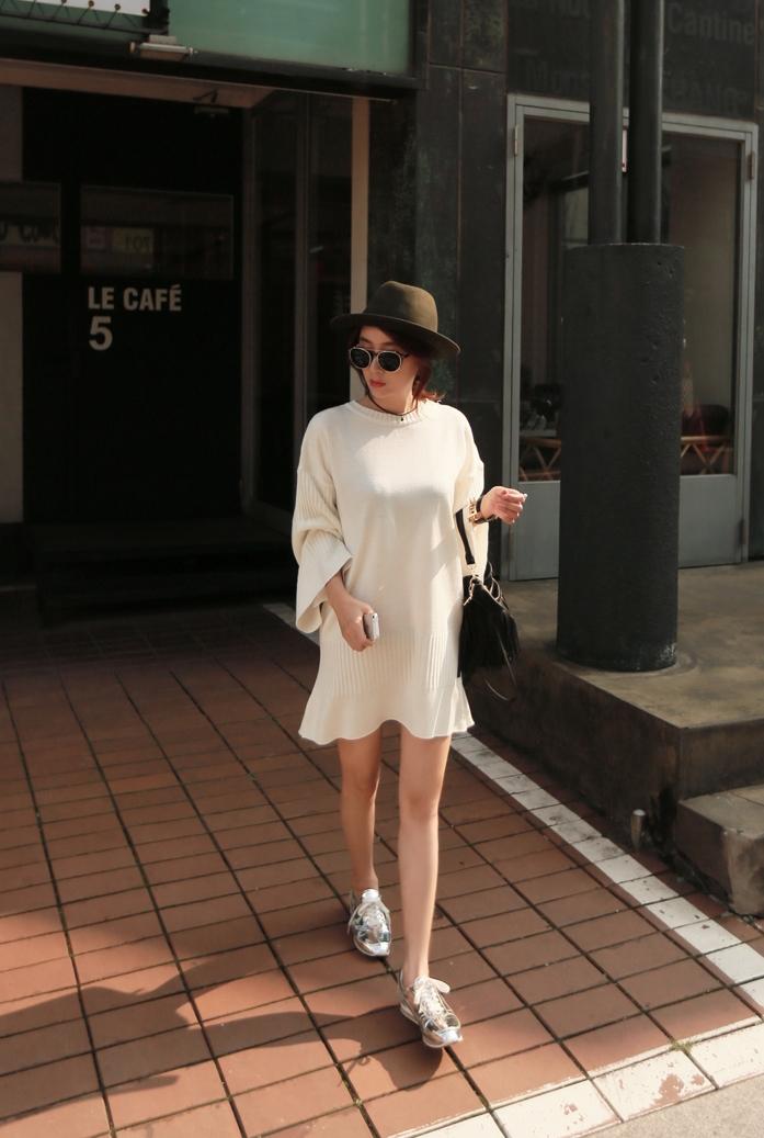 冬季的白色針織洋裝給人雪白的印象,尤其荷葉邊的裙襬設計看起來就很甜美可愛喔♬