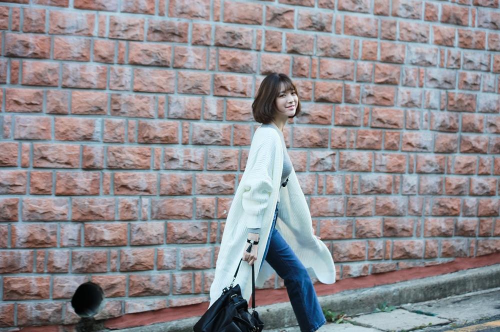 兼具修飾效果的長版針織外套多數人都會選擇黑or灰,如果想要亮眼、有好感度的效果就嘗試白色系吧!