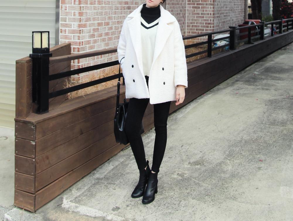 白色毛呢大衣其實穿起來不會太夢幻,女生可以放心搭配喔!像是搭入黑白色中性感覺是不是很優呢~