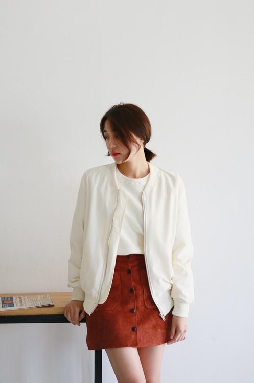 邁向春季的時刻就可選擇這樣材質較輕薄的軍風夾克,換掉既有的軍綠或黑色,改以白色展現女孩氣息♥