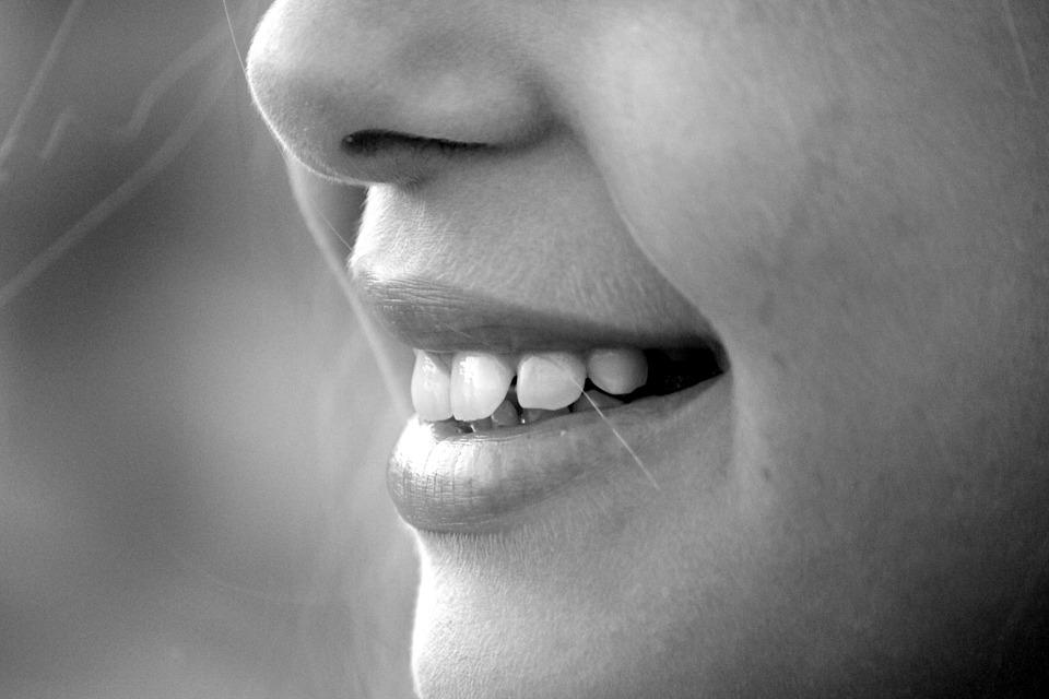或許你會認為在刷牙的時候,不是應該盡肯能地把嘴巴張大最大才方便刷牙嗎?事實上,嘴巴張太大的話,舌頭後部的組織相互推擠,會造成區域反射更嚴重,所以請注意一下下!!