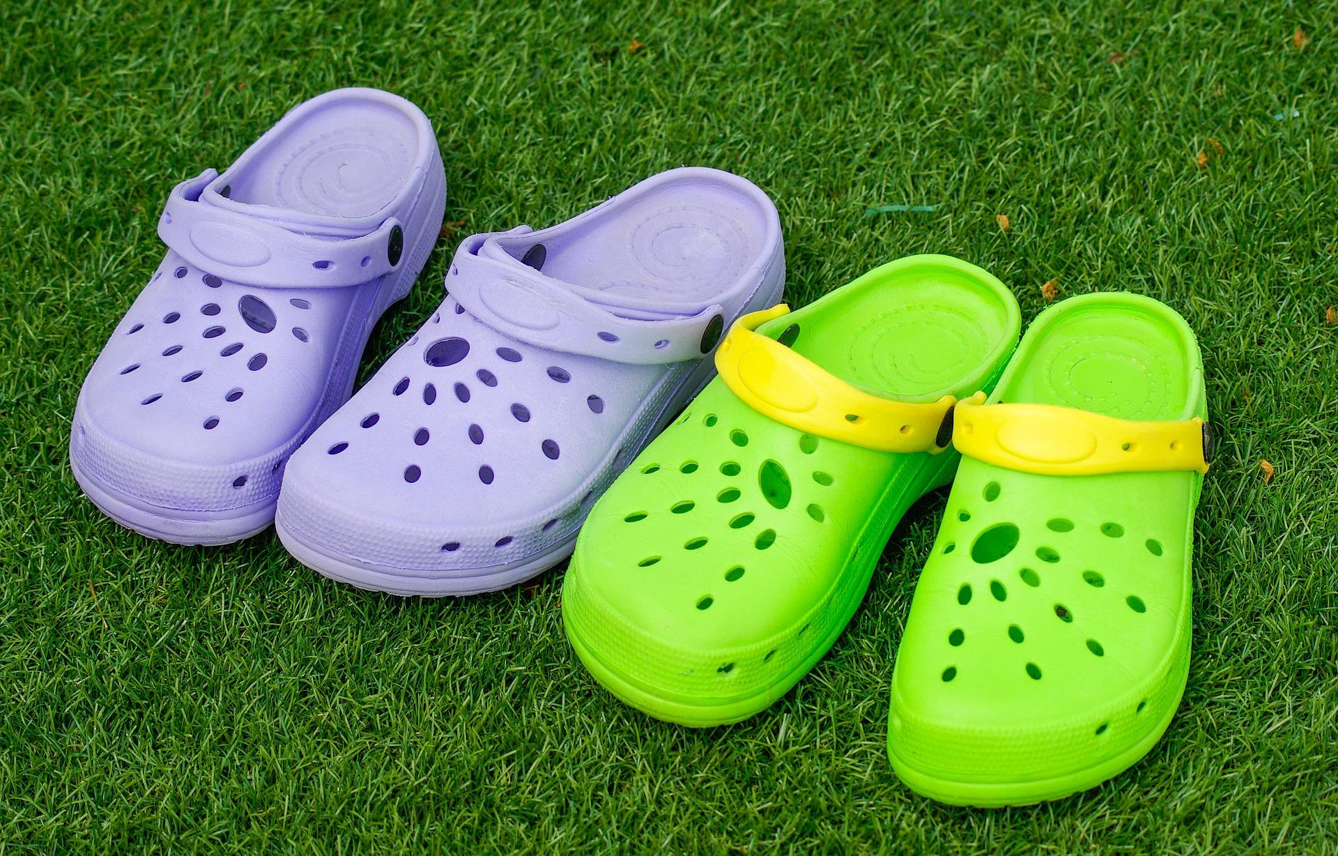 ②洞洞鞋——穿出腳氣  洞洞鞋從本質上來說是塑料鞋,但由於洞洞鞋的構造及材質,容易積水,並且水分不易被鞋吸收、揮發,它上面的鞋洞也只能幫助腳面透氣,而最需要透氣和乾爽的腳底,卻得不到保護。夏天人腳容易出汗,隨著汗液的蒸發,洞洞鞋會倒貼在腳面上,常穿會導致腳部潮濕溫暖,為真菌提供溫床,可能導致腳氣等皮膚病。