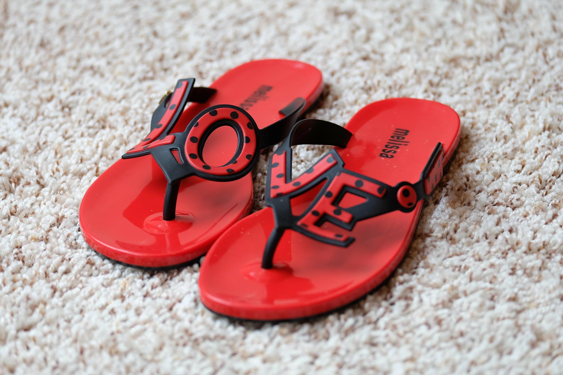 ③人字拖——腳型越來越丑  夾腳趾的涼拖鞋對人的健康是有害的!因為穿鞋的人在行走時腳前部因為缺少力的支撐,腳趾自然而然地要在行進中夾住鞋,慢慢蜷縮成爪形。同時,由於身體重心傾斜到前腳掌,足弓關節過度受力,這樣會導致腳部疼痛並發炎,嚴重者形成拇指外翻。
