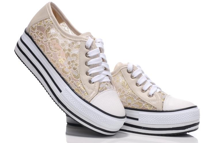 ⑥鬆糕鞋/厚底鞋——「撲街」可不好看喲XD  由於鬆糕鞋的鞋底太厚,容易使人行走時身體前傾而失去重心,扭傷腳部關節、足部骨骼或韌帶。日本女生是全世界最愛穿鬆糕鞋的女性了,但是日本一家學院近期的研究發現,有23%的女士因穿鬆糕鞋在街上行走時身體失衡,跌倒在地,造成損傷。