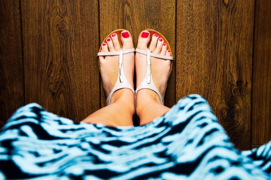 ⑦超薄平底鞋——腳底板承受過大壓力  「穿高跟鞋不健康,那麼就選平底鞋穿唄!」很多人以為這樣能穿鞋穿得健康,其實大錯特錯。鞋子不能太高,也不應太過扁平輕薄。人行走時腳跟著地的衝擊力可以沿著腿骨、嵴柱,直達頭部。