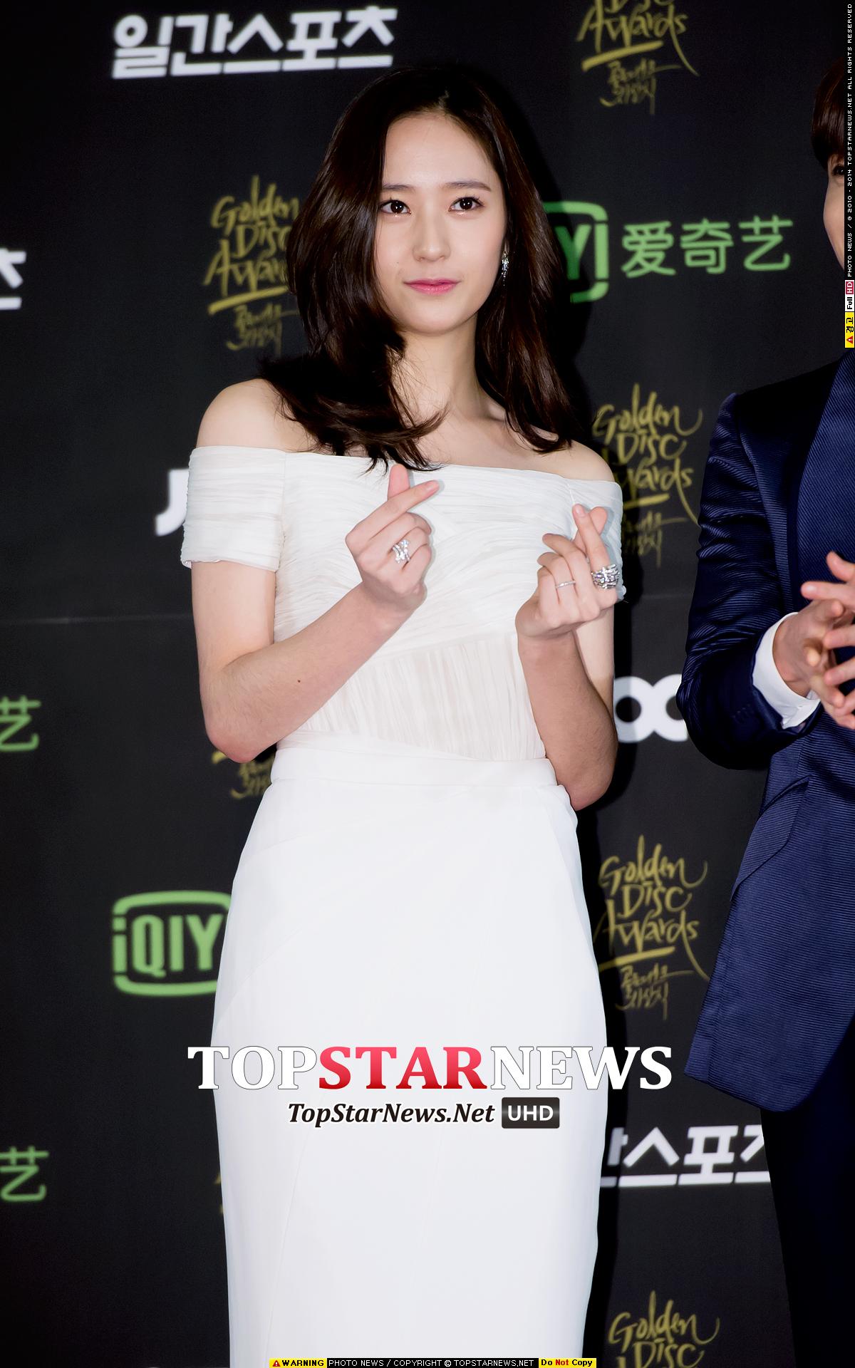 ♥ f(x) Krystal  「冰山美人的稱號真的很適合 Krystal。」、「秀晶和 Krystal 都一樣迷人,不愧是無修圖的代表。」