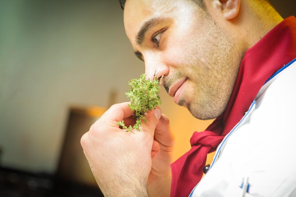 # 3位 - 配菜和飲食相關的服務職業 (10.42%) 從去年開始,電視上播出了很多料理類的節目,受到一些明星料理師的影響,小孩子們也希望長大後能成為料理大師!