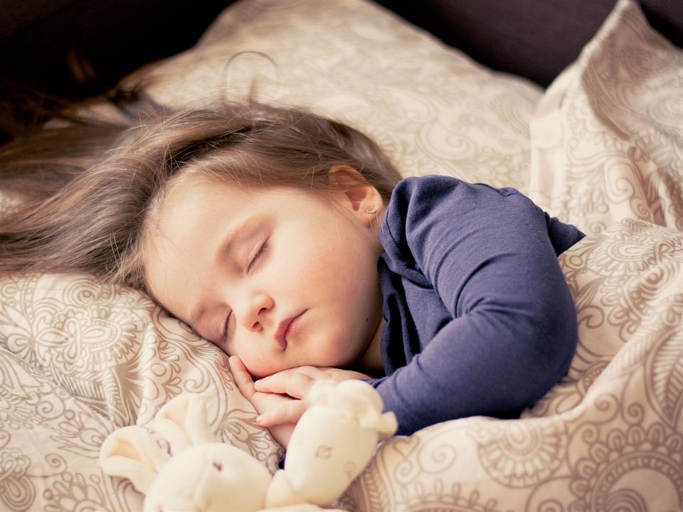 2.或者睡覺的時候習慣性的向一邊側躺,或者爬在桌子上的時候只爬向一邊,都有可能造成這一側的臉被壓迫