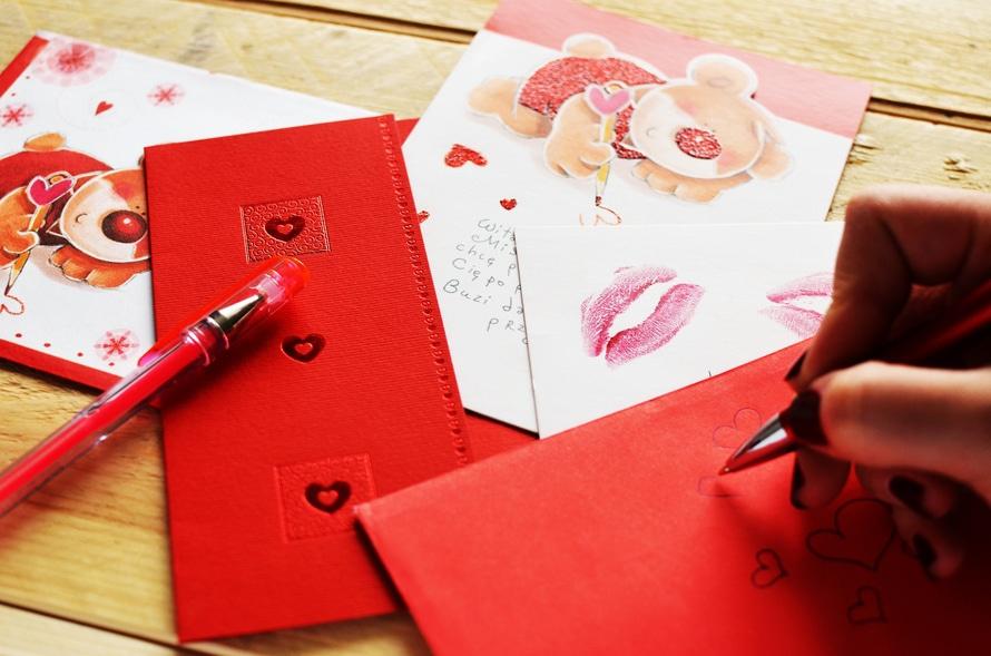 4. 如果對方在特別的日子送你禮物或寫信給你,他(她)喜歡你的可能性非常大哦~但是,,,如果對方明明知道卻視而不見的話,那只是因為他(她)對你不敢興趣而已~
