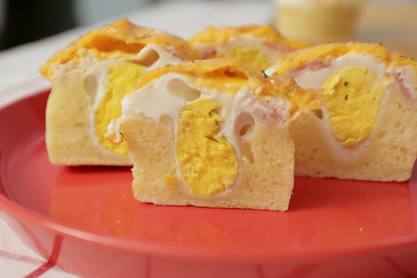 快來看橫切面!綿密鬆軟的蛋糕,還帶著奶香味!上層是添加的培根和起司,一口咬下去,層次分明!