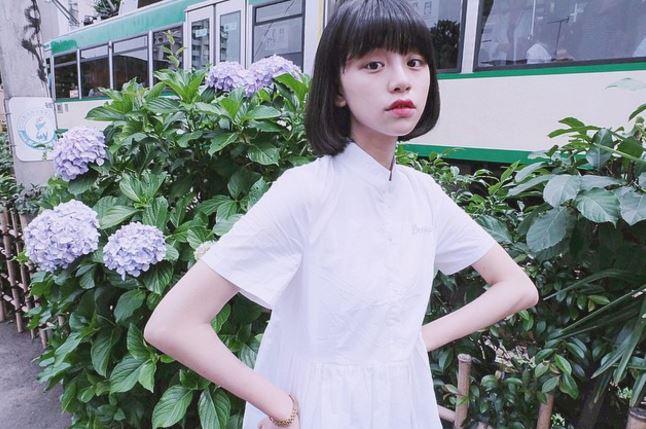 一頭黑色俏麗短髮加上純白色的小洋裝,更襯托出邢鹿空靈女孩的感覺~