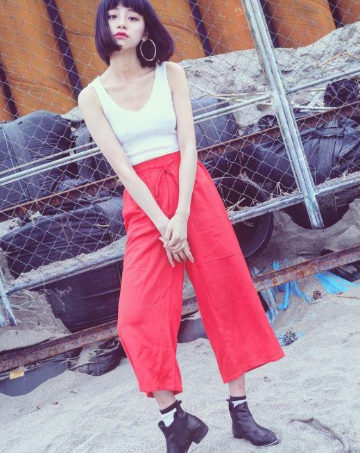 小編好喜歡她的鎖骨♥好漂亮啊~寬褲雖然很流行,但挑戰這種大紅寬褲不是一般人能做到的XD 因為紅色已經很亮了,上半身穿一件白色背心搭上黑色短靴就超帥氣!