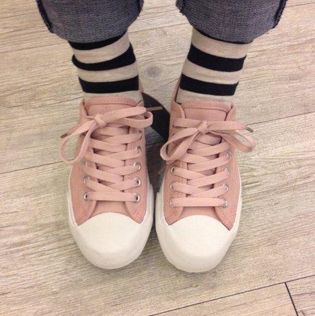 有些人可能會覺得粉色有點太可愛, 那這款粉晶色帆布鞋就很適合氣質路線的你, 搭配成熟一點的都會休閒風也可以喔! <來自StyleShare用戶:4021854的風格>