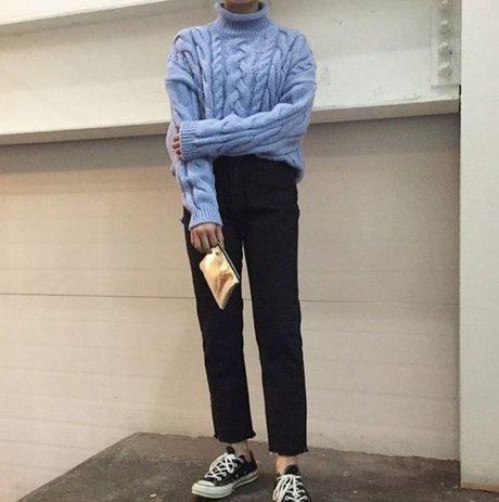 冬天很普遍的麻花編織毛衣 想要不撞衫就選擇寧靜藍色吧! <來自StyleShare用戶:in-themode的風格>
