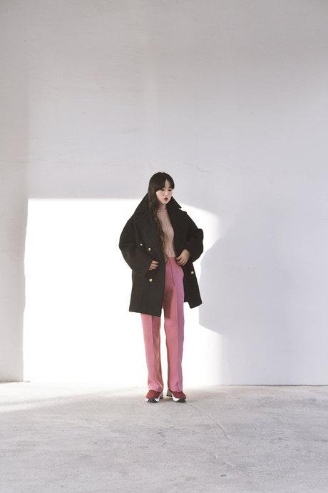 看起來毫無違和感的all pink look! 全身統一色系看起來莫名拉長身高比例耶~ 而且也不會太甜,搭一件深色外套就帥帥的 <來自StyleShare用戶:neckdi的風格>