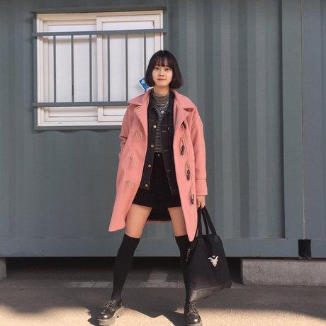 也是冬季指標的牛角外套也有粉晶色的啦! 第一次看到這麼可愛的牛角外套吧~ 這時讓外套變成焦點,裡面搭深色就對了! <來自StyleShare用戶:whssk03的風格>