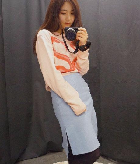 超特別紅鶴圖案粉晶色毛衣x寧靜藍開岔窄裙 看看這位韓妞根本是PANTONE代言人吧~~~ <來自StyleShare用戶:sconeandtea的風格>