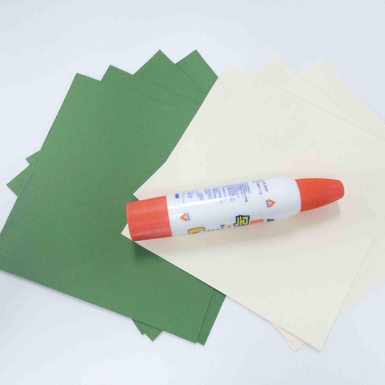 準備物:正方形彩紙7張、木工膠