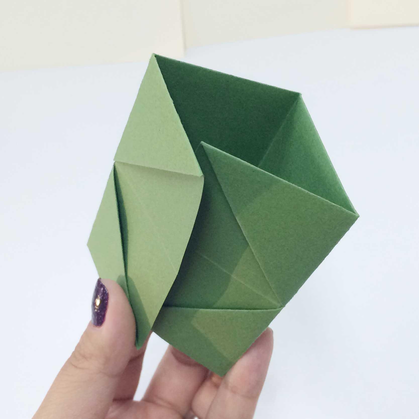 沿著折痕折成一個三角形的樣子△