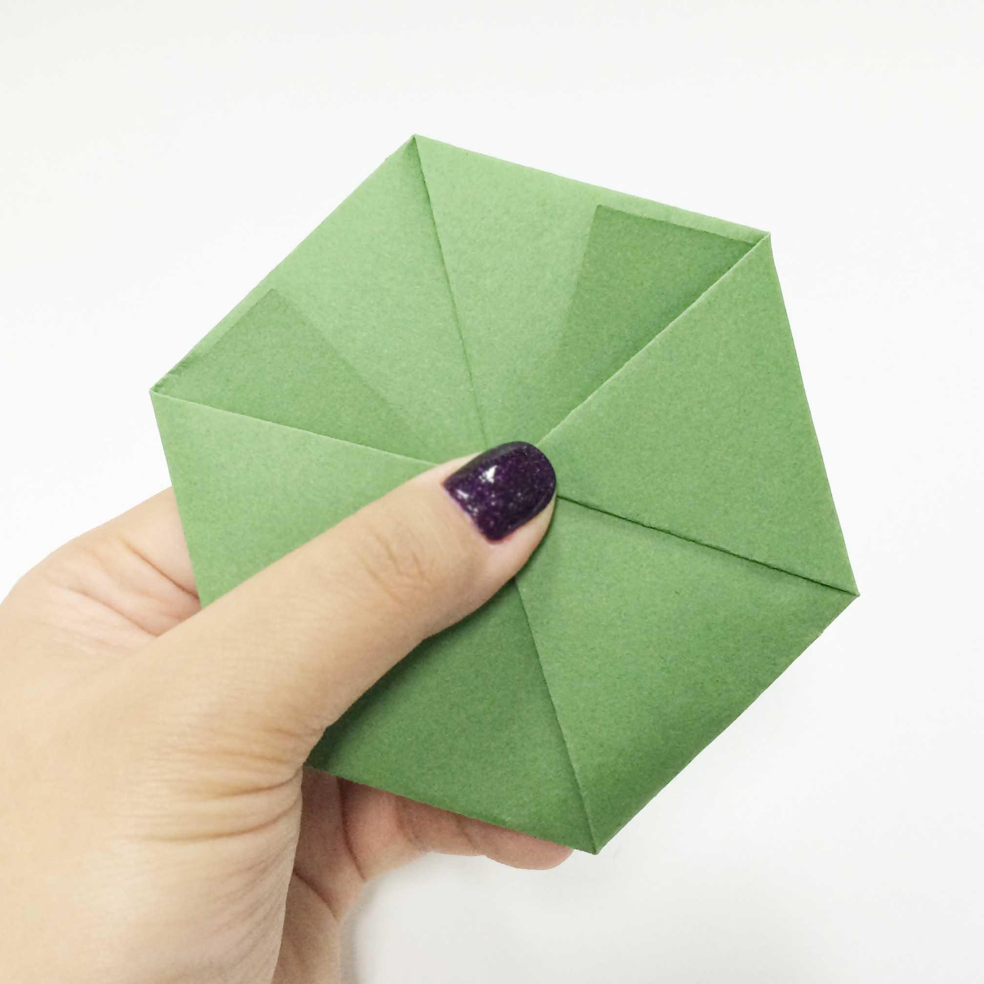 出現像這樣的六角形就完成啦! 接下來我們要做的就是把和之前做好的筒連接起來~