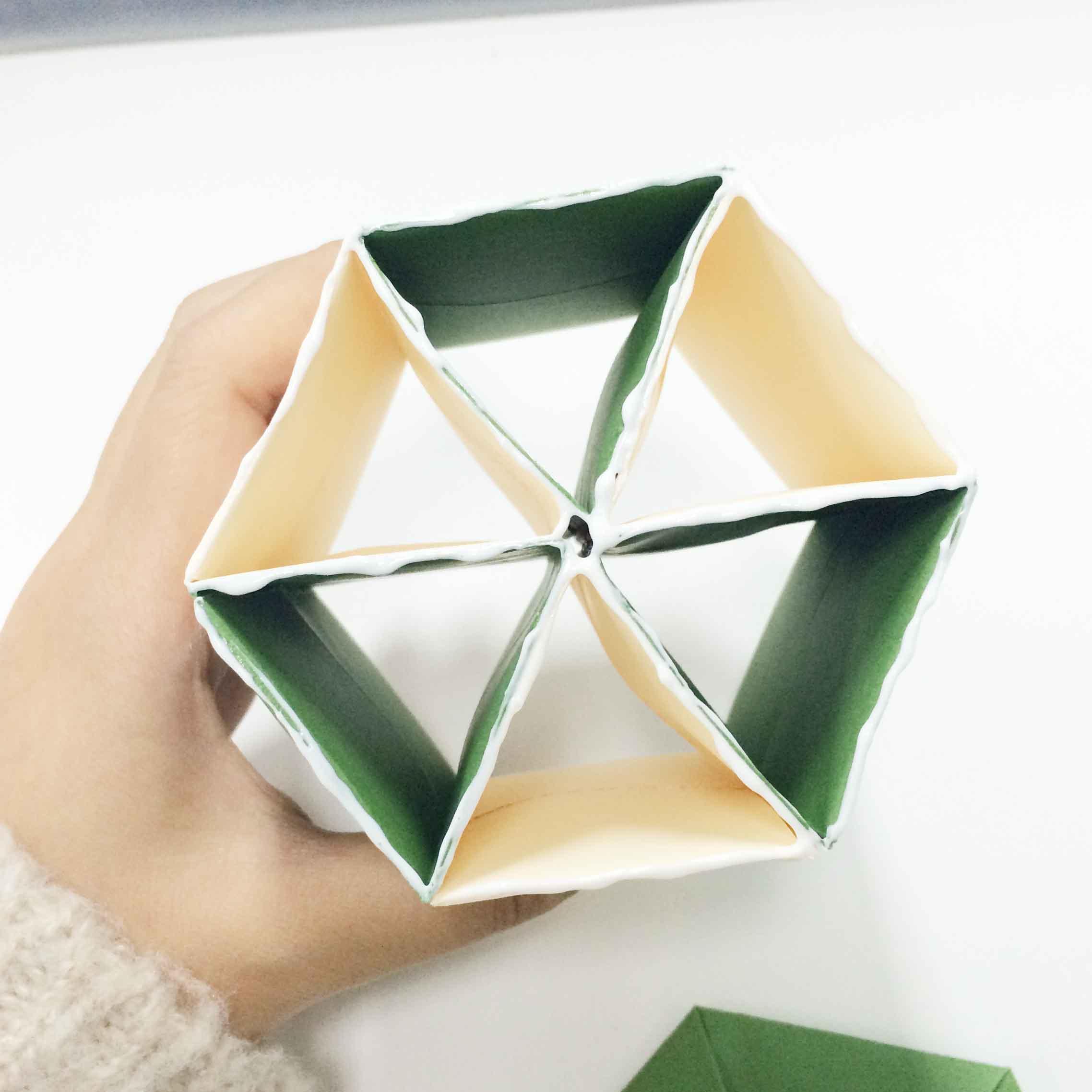 13. 把底部需要粘起來的一面的各個邊角都塗上木工膠! 木工膠是透明的,所以即使是塗抹多了也不用擔心喔~完全不影響美觀的...
