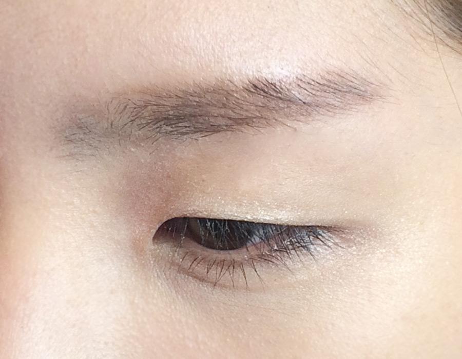 首先用1號眼影在上眼皮大面積打底,不要塗的太厚,就是一種打底的概念。