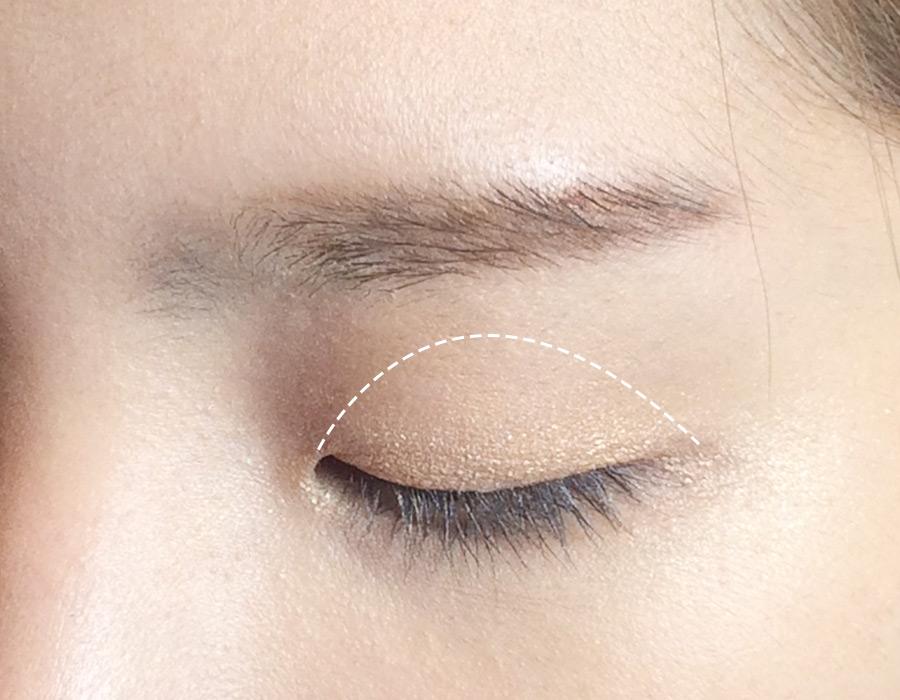 然後用2號眼影塗在白線標示的範圍內,差不多是一個半圓形。