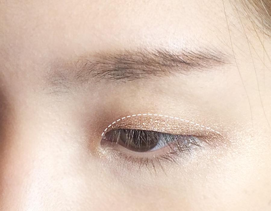 接著是用3號眼影從眼角到眼尾細細地涂一層。