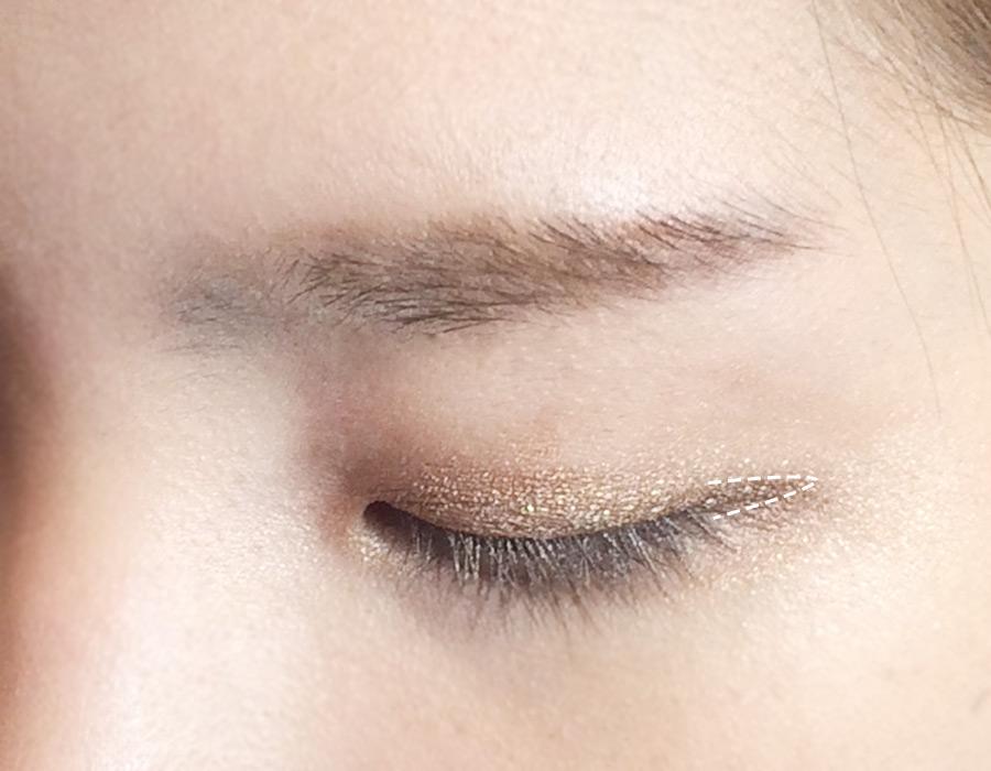 4號色眼影分兩個部分來塗,先是塗在眼尾上,稍微拉長一下眼尾。