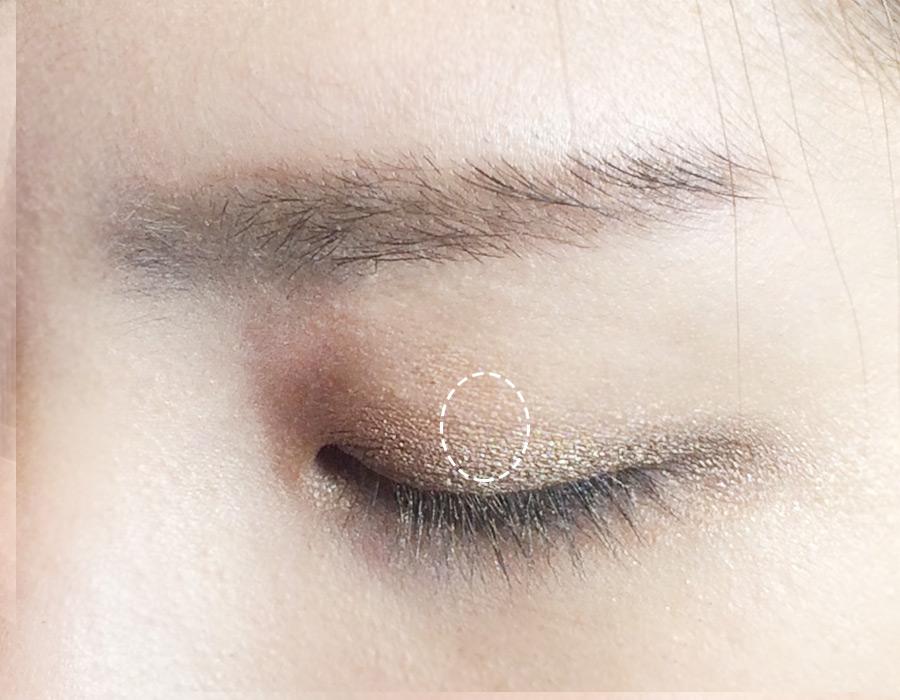 最後別忘了用2號色眼影打在上眼皮的中間部分來提亮,眼影部分就完成了!