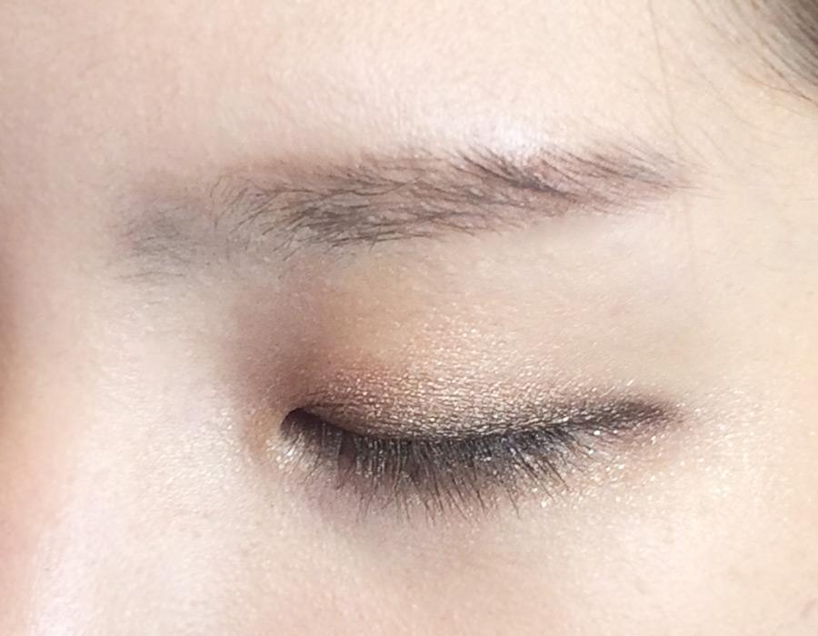 搞定眼影,就該是眼線了!眼線從前往後逐漸加粗,特別要加重一下眼尾部分。